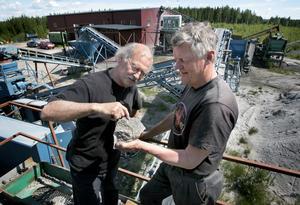 Krossas. I fyra steg krossar Jonuks och Andersson berget innan det anrikas i det nybyggda anrikningsverket i skogen utanför Söderbärke.
