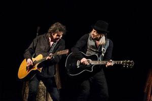 Olivier Durand och Elliot Murphy har spelat tillsammans i 17 år. Murphy ser dem numera nästan som en enda person, vilket märks på Gamla Teatern, det är en väldigt samspelt duo som står på scenen.