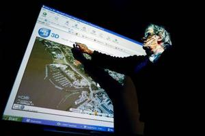 Här visar Bength Göransson 3D kartor. Foto: Henrik Flygare