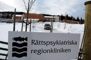 En läkare på Rättspsykiatriska regionkliniken har polisanmälts av en patient för att läkaren inte sett till att lagen följs på hans avdelning.