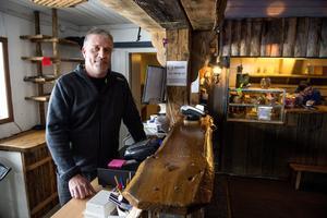Sören Hägglund som driver Bjästabacken har inte gett upp hoppet om en riktig vinter än.