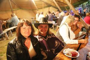 Hilde och Anne Elisabeth Sinnäs tillhör ett gäng respektive och vänner till Nashville, kvällens huvudakt. De gillar festivalen mycket.