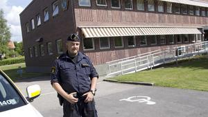 """Polisens synlighet på gatorna är viktigt, menar Johan Eriksson, närpolisbefäl i Fagersta. """"Det signalerar trygghet, att vi finns till hands om det behövs"""", säger han."""