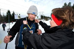 Medalj. Anders Hammar från Borlänge fick medalj efter att ha skidat mellan Falkun och Borlänge.