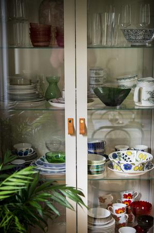 Vitrinskåpet från Ikea har Johanna och Aron  bytt handtag på. Merparten av familjens porslin är finskt, som Marimekko, Iittala och Arabia, men när det gäller retroporslin har Johanna kompletterat samlingen med några svenska favoriter de senaste åren. Gröna Anna är en.