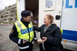 Kommunpolis Anki Gunnarsson tillsammans med Celik Melengic Febraniye.