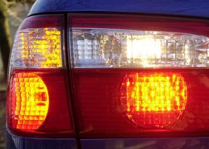 Kontrolleras inte bakljusen på bilarna vid besiktningen frågar sig insändarskribenten.