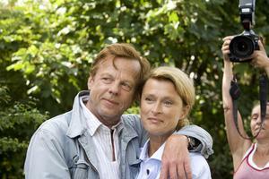 """Kärt återseende. Det råder ingen tvekan om att de gamla kollegerna Krister Henriksson och Lena Endre sett fram emot att få mötas i nya serien. """"Att spela mot Lena är underbart, så är det bara"""", säger Krister Henriksson."""