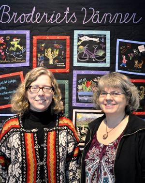 Birgitta Westlund och Madeleine Carlier är två av medlemmarna i 20-årsjubilerande Broderiets vänner.