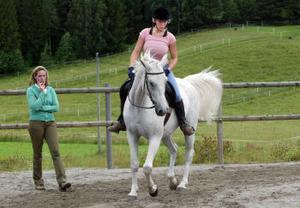 Sofia Eriksson på Caspian blir instruerade av Birgitta Järnåker i akademisk ridkonst.