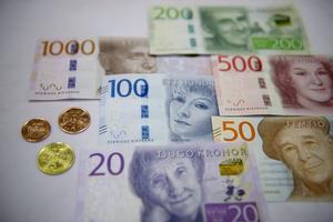 De nya sedlarna och mynten som börjar intoduceras från och med oktober 2015.