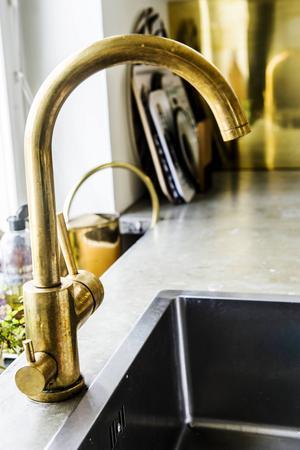 Köket är det rum de är mest nöjd med. Detaljerna i mässing går igen i hela köket.