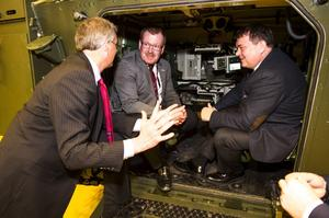 Amerikanske BAE-chefen Erwin Bieber i samtal med Hägglunds vd Tommy Gustafsson Rask och Norges statssekreterare Öystein Bö.