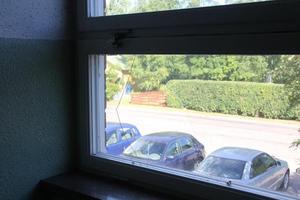 Trasigt fönster i trapphuset.