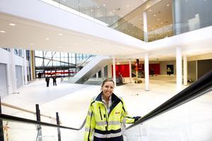 Allt i fas. Maria Vascsak, centrumchef för Erikslund Shopping Center, kan glädja sig åt att bygget går enligt plan. Gallerian med närmare 100 butiker öppnar den 22 september. City Gross och Ikea under samma tak ligger steget före.FOTO: MARGARETA ANDERSSON