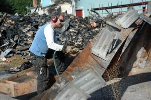 SKÄR. Daniel Persson delar skrotet med en skärbrännare så att det ska få plats på lastbilsflaket.