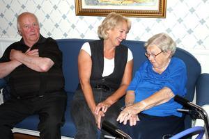 Karin Weiåker möter 96 - åriga Betty Johansson har fått stanna kvar i Mellanfjärden på ålderns höst. Roland Norell är Gnarpsbo och säger att han har otroligt bra på Katrinebergsgården.