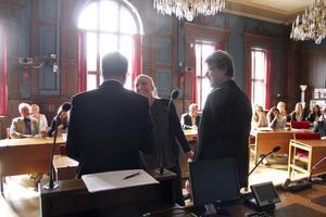 Johanna Kallio får sitt stipendium av gymnasiechef Tomas Hartikainen och barn- och utbildningsnämndens ordförande Bo Wikström (S).