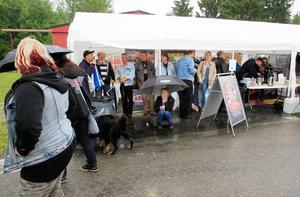 Många sökte skydd när regnet föll över Johannisberg under torsdagsförmiddagen.