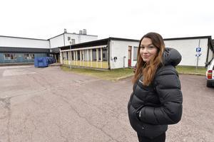Caroline Persson framför byggnaden där estetelverna höll till och där alla luciatågskläder med tillbehör förstördes i branden.