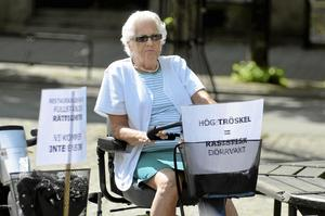 Saknade folk. Ingbritt Steen hade slutit upp till marschen med sin elrullstol. Hon tyckte att ännu fler skulle slutit upp för att sätta fokus på de problem funktionshindrade brottas. - Det är inte sämre här i Kumla än på andra håll. Politikerna här lyssnar dessutom på oss och gör något åt problemen.