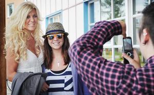 Maria Montazami har många idoler i Bollnäs som gärna ville fotograferas med Hollywoodfrun.