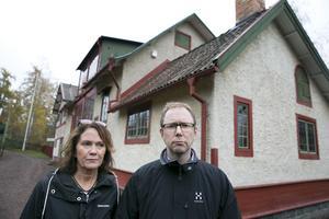 Chia Jonsson är chef för Carl Larsson-gården,  Oskar Nordström Skan, ordförande i Carl och Karin Larssons släktförening. De berättar om  ett krisläge efter upptäckten att pengar saknas.