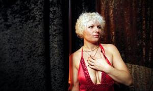 Oxana har arbetat som strippa i tre år. Fortfarande känner hon sig blyg och nervös inför varje gång hon ska upp på scen.
