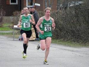 Hans Turtola, Trångsvik- en, hade en tuff fight med klubbkompisen Ola Lidmark Eriksson på mil-en på Vattudalsloppet. Turtola vann med två sekunder.