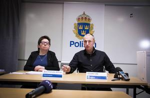 Åklagare Ann-Charlotte Bålman och Christer Löw vid roteln för grova brott höll i presskonferensen i polishuset.