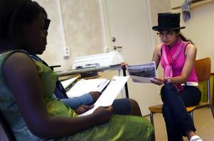 Teaterskola. Solmaz Hoodi och Aucheille Akeza spelar upp en scen på förmiddagens engelskalektion. De tycker att sommarskolan är roligare än vanliga skolan. Foto:Anna Klintasp