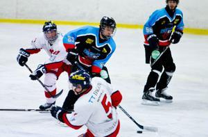 Med två mål och en assist blev Simon Östlund matchvinnare för S/L Hockey mot Skedvi/Säter.