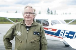 Ragnar Dillner framför ett Cessnaplan som han själv gillar bäst