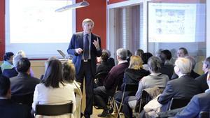 Vd Peter Eklund vid Bergkvists såg berättar om företaget för ett stort gäng ambassadörer på resa i Dalarna.