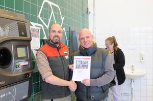 Röda Korsets Falukrets nye ordförande Urban Lindblom, till höger, är mycket glad över de bidrag ICA Maxis kunder regelbundet lämnar till Röda Korsets verksamhet genom att skänka pantpengar från returautomaterna. Lika stolt är ICA Maxis butikschef Niklas Bergström över att hans kunder är så givmilda.