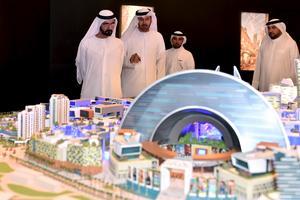 Shejk Mohammed bin Rashid Al Maktoum lyssnar till planerna på Dubais nästa enorma byggprojekt.