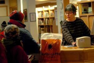 Monica Andersson och den övriga bibliotekspersonalen på Kramfors bibliotek lånar ut flest böcker till barn i Ångermanland.
