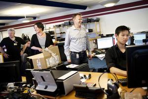Datasupportföretaget Teleperformance är kommunens största privata arbetsgivare och en viktig sådan. Här arbetar omkring 270 personer. Från vänster: teamledaren Lars Karlsson tillsammans med Malin Sundberg och Magnus Lodin. Vid skärmen sitter Tony Udonphanit.