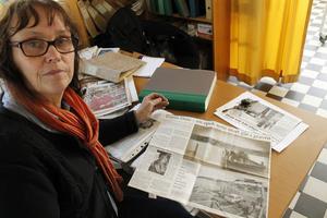Gunilla Flink-Lindström sitter på stora bitar bygdehistoria. Hon har bevakat Hallstaviks utveckling i mer än 30 år.