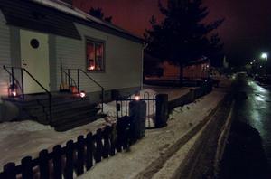 Så här såg det ut på Hamrevägen vid 21-tiden på lördagskvällen. Inomhus är det stearinljus som gäller, utomhus har någon glömt att släcka gatubelysningen.