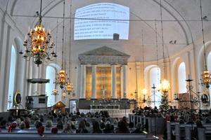 Under sångerna visades texterna i taket. Det underlättade för eleverna som sjöng för full hals.