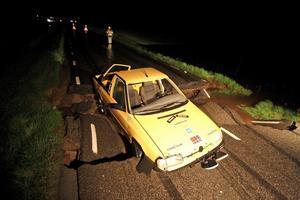 Vägbanan sjönk en halvmeter och bilen fastnade.