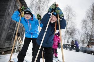 – Det är svårt att åka i jämn takt och hålla balanser, säger kompisarna Anton Siljström Nässén och Oliver Olofsson, som testar tandemskidåkning.