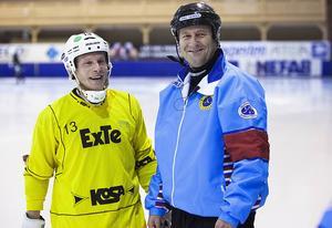 Håkan Sjösten slutade döma bandy hösten 2014. Här poserar han med Johan Berglund i samband med en av domarikonens sista matcher.