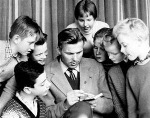 VETGIRIGA NYBÖRJARE. Mannen på bilden är Ragnar Hedlund, framstående orienterare från Rättvik (IK Jarl). Här medverkar han i en kurs för unga orienterare i Gävle 1957. Känner någon igen ungdomarna? Foto: Arkiv Gävleborg