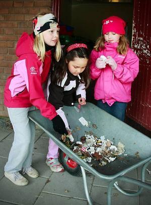 Emma Ferdén, Zainab  Golam Hossein och Matilda Louise Liljeberg sorterade skräp som de hittat på  skolgården.