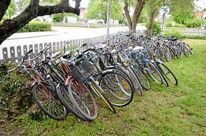 Polisen beslagtog ett hundratal cyklar från en adress i Kumla i dag.