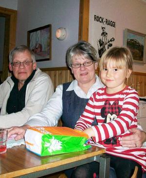 Här syns tre av de nöjda festdeltagarna, Henry Åkerström, Birgitta Moen och Cornelia Rhen-Forss.