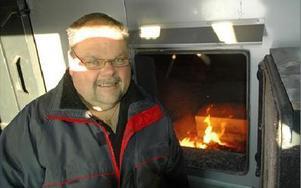 Ingemar Löf håller värmen på halva Gunnarsområdet. Den nyligen igångsatta anläggningen håller måttet i kylan.FOTO: CHRISTER NYMAN
