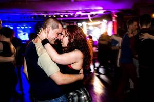 Över: Jim Karlsson och Erika Jonsson har siktet inställt på 16 timmars dans.   Vänster: Blender bjöd på både lugna och fartfyllda låtar.   Höger: Med cirka 500 förköp var det en ordentlig samling som letat sig till dansgolvet.
